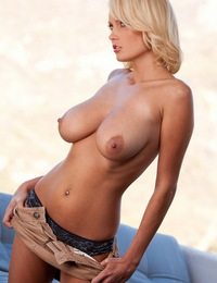 Hanna Hilton sets her ginormous natural boobs free for all to behold